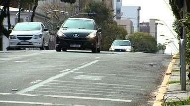 Rua Os Dezoito do Forte tem trânsito alterado de forma definitiva em Caxias do Sul - Faixa entre a Alfredo Chaves e a Marquês do Herval, que funcionava como estacionamento, foi transformada em área de circulação de veículos.