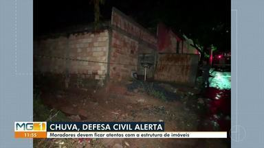 Parte de casa desaba e família é retirada pelo Corpo de Bombeiros em Montes Claros - Bombeiros disseram que imóvel desabou após a chuva; casal e três filhos moravam na residência. Coordenador da Defesa Civil orienta moradores.