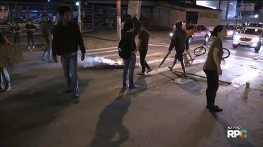 Moradores do Parolin fazem protesto contra a morte de quatro jovens - Os jovens foram mortos por policiais militares na sexta-feira (27).