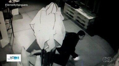Criminosos esquecem um celular carregando em loja durante furto, em Aparecida de Goiânia - Imagens das câmeras de segurança mostram que os bandidos reviraram o caixa e conseguiram encontrar celulares e dinheiro.