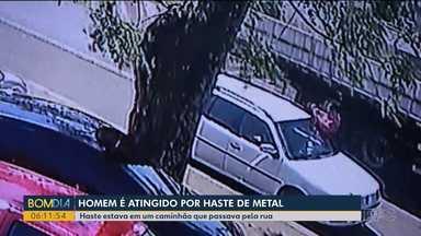 Câmeras de segurança flagram momento em que homem é atingido por pedaço de metal - Haste estava em um caminhão e teve ferimentos leves.