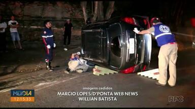 Duas pessoas ficam feridas em acidente no bairro Uvaranas na noite de domingo (29) - Segundo a Polícia Militar um carro bateu contra outro, que estava estacionado, e capotou em seguida.