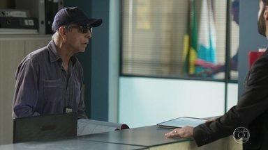 Pessanha usa disfarce para despistar Marcos - Diogo faz de tudo para Marcos esquecer o caso
