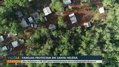 Famílias protestam após reintegração de posse em Santa Helena - Casas foram destruídas e famílias dizem não ter para onde ir.