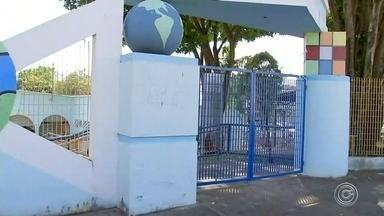 Criança deixada em creche é encontrada na rua por mães de alunos em Sorocaba - Uma criança de 1 ano e 8 meses saiu sozinha de uma creche na Vila Haro, em Sorocaba (SP), na tarde de terça-feira (1º). Ela foi encontrada na rua por duas mães de alunos e levada de volta para a unidade.