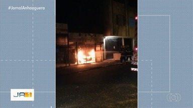 Fogo em caminhonete assusta moradores do Setor Aeroporto - Bombeiros foram chamados e controlaram as chamas.
