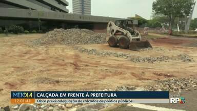 Calçada em frente à prefeitura de Cascavel está sendo trocada - Obra faz parte do Plano de Desenvolvimento Integrado (PDI) que prevê adequação das calçadas de prédio públicos.