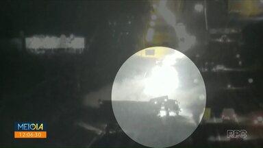 Carreta tomba na BR-376 - Câmera registrou acidente.