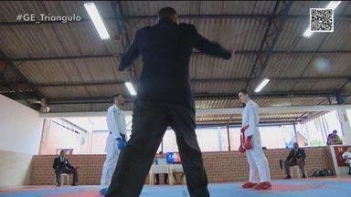 Série Oss: Conheça o kumite, luta entre dois atletas e equipamentos azul e vermelho - Nas competições da modalidade, atletas têm obrigação de usar proteção destas cores e kimono branco. Uberlândia recebe a final do Campeonato Brasileiro