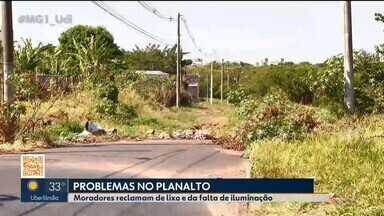 Moradores de Uberlândia reclamam de lixo e da falta de iluminação - Uma avenida no Bairro Planalto virou depósito irregular de lixo. No local tem animais mortos, água parada e mau cheiro.