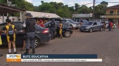 Em ação do BPRE, crianças dão orientações para um trânsito mais seguro em Macapá - Com a ajuda do BPRE, crianças dão orientações para um trânsito mais seguro em Macapá