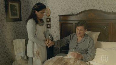 Lola pensa em pedir para as irmãs adiarem a visita - Ela cuida de Júlio, que se preocupa com as despesas médicas