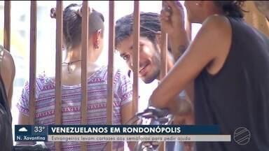 Estrangeiros levam cartazes aos semáforos para pedir ajuda em Rondonópolis (MT) - Estrangeiros levam cartazes aos semáforos para pedir ajuda em Rondonópolis (MT)