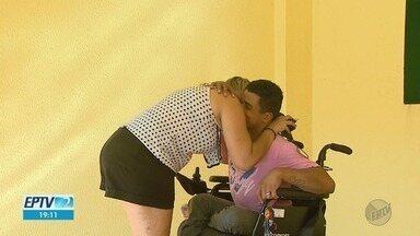 Violência contra deficiente físico mobiliza corrente do bem em Ribeirão Preto, SP - Um dia após ser vítima de um assalto, vendedor ambulante foi ajudado por dezenas de pessoas que queriam ajudá-lo.