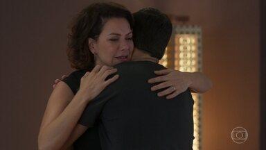 Nana fica arrasada depois da discussão com Alberto - Diogo finge estar sentido por Paloma não querer voltar ao trabalho
