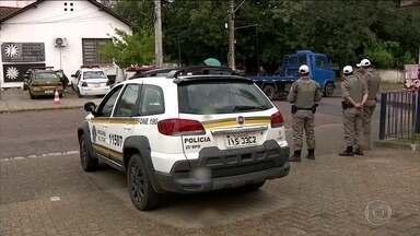 Falta de vagas em presídios faz viaturas virarem 'cadeias' no Rio Grande do Sul - Na Região Metropolitana de Porto Alegre, 14 criminosos foram trancados em carros vigiados por policiais.