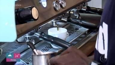 Projeto qualifica jovens carentes para trabalhar como baristas - Em São Paulo, várias cafeterias já contam com empregados formados pelo 'Fazedores de Café'. Paulo Gabriel é ex-aluno do projeto e agora tem sua própria cafeteria