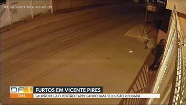 Moradores de uma rua em Vicente Pires sofrem com constantes furtos nas casas - Os casos aconteceram na Rua 12-A, em dois dos seis condomínios da rua. Segundo os moradores, os criminosos tentaram invadir praticamente todos os condomínios e a suspeita é que essas tentativas tenham sido praticadas pelas mesmas pessoas e da mesma forma.