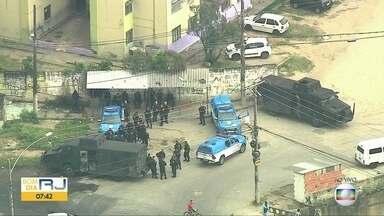 Polícias Civil e Militar realizam operação no Complexo da Pedreira após noite violenta - Globocop sobrevoa Complexo da Pedreira, Zona Norte. Nesta quinta-feira (3) bandidos trocaram tiros na comunidade.
