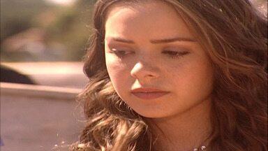 Capítulo de 26/03/2001 - Santiago se ressente por Tony ter sido aceito pela comunidade. Carlos se irrita ao ver Cristal abraçada a Tony. André decide vender o apartamento e comprar um sítio.