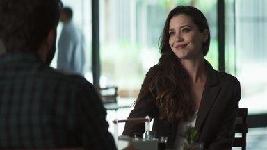 Fabiana pede que Rael convença Jenifer a lhe entregar as receitas de Maria da Paz - Ex-noviça explica como pretende acabar com a confeitaria da rival
