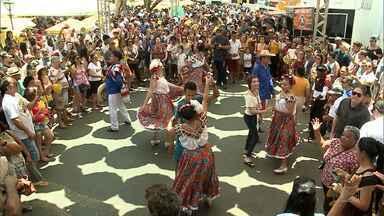 Grupos que se apresentam trazem a ancestralidade de seus povos - O que move cada grupo que se apresenta nas praças ou nos palcos é a paixão pela cultura. Para os artistas, sejam eles das artes plásticas, dos desenhos, do artesanato ou da gastronomia, o festival é uma grande galeria aberta para o mundo.