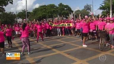 Idosas participam de caminhada celebrando semana do idoso e contra o câncer de mama - Ação foi realizada em Olinda