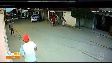 Vídeo mostra caminhonete atropelando mulher em Vitória de Santo Antão - Mulher teve perna amputada.