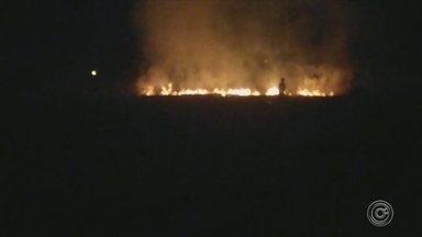 Incêndio preocupa moradores do Éden em Sorocaba - Com o tempo seco aumentam as incidências de fogo em mato. Um incêndio na sexta-feira assustou os moradores do Éden.