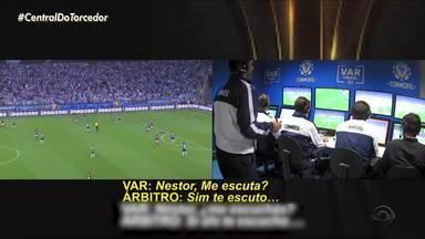 Escute trechos da conversa do VAR na partida entre Grêmio e Flamengo - Conmebol divulgou gravação das conversas do VAR.