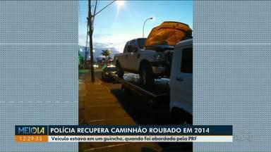 Polícia recupera veículo roubado em 2014 - O caminhão estava em um guincho e com placas do Paraguai.