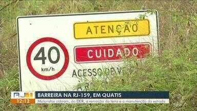 Moradores reclamam das más condições de barreira em Quatis - Problema foi causado por conta de uma forte chuva há quase dois anos.