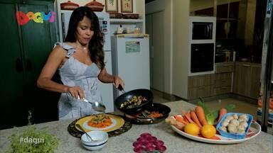 Aprenda fazer macarrão vegano de cenoura com cogumelos salteados ao alho poró no Daqui - Delicioso prato foi feito neste sábado (5) pela jornalista e cantora maranhense Cecília Leite no quadro Sabores Daqui.