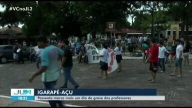 Servidores da educação em Igarapé-Açú, no Pará, protestam pelas ruas da cidade - Eles denunciam o atraso nos salários e a falta de repasses ao INSS.