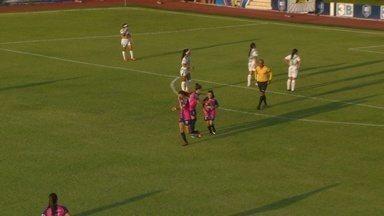Paulinha recebe lançamento de Nath Pitbul, dribla a goleira e marca - Paulinha recebe lançamento de Nath Pitbul, dribla a goleira e marca