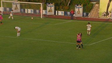 Joelma cruza, mas bola vai na direção do gol e entra - Joelma cruza, mas bola vai na direção do gol e entra