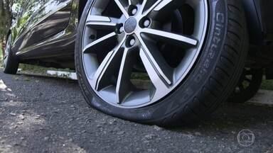 """Conheça acessórios que deixam a troca de pneus mais segura - Dispositivos ajudam motoristas a não cair no """"golpe do pneu furado""""."""