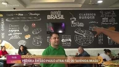 Padaria em São Paulo atrai fãs de 'Avenida Brasil' - Dono do local conta que teve a ideia batizar os pratos do cardápio como os personagens e sempre deixa as televisões da padaria exibindo imagens da novela