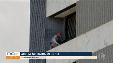 Vídeo mostra flagrante de homem fazendo serviço em prédio sem equipamentos de segurança - O trabalhador estava na altura do quinto andar do imóvel.