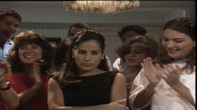 Capítulo de 16/05/1988 - caps 1 e 2 - Nos capítulos 1 e 2, Raquel briga com Rubinho e vai morar com o pai. Anos depois, após a morte de Salvador, Fátima vende a casa sem avisar a mãe e viaja para o Rio.