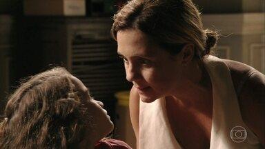 Rita reclama de Carminha para Genésio - Mas ele não acredita na filha