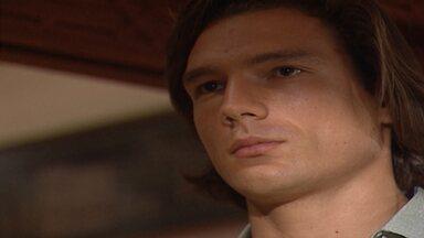 Capítulo de 08/11/1995 - Mila chama a polícia por causa do barulho na casa dos ciganos. Eugênia volta ao Brasil com Júlio e Vera. Odaísa reconhece Júlio na rua e faz Dara cumprimentá-lo.