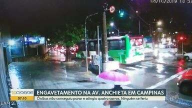 Ônibus atinge quatro carros e causa engavetamento na Avenida Anchieta em Campinas - O circuito de segurança de um prédio gravou o acidente no início da noite desta terça-feira (8); ninguém se feriu.