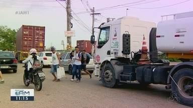 População reclama da falta de faixa de pedestres na rotatória da Suframa - Pedestres reclamam das mudança por conta de obras no local.