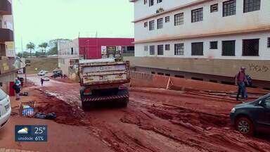 Ônibus atola em Vicente Pires - Foi só chover que a rua 4A de Vicente Pires virou um lamaçal.