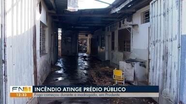 Incêndio atinge prédio público em Presidente Prudente - No local, funcionava a antiga sede do serviço de merenda escolar da cidade.