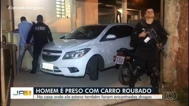 Homem é preso com carro roubado de drogas, em Goiânia - Polícia chegou ao local depois de denúncia anônima. Carro estava com placa amassada e sem o lacre.
