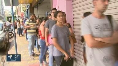 Candidatos fazem fila para concorrer a 14 vagas de emprego em Ribeirão Preto - Empresa recebe currículos até às 15h na Rua Duque de Caxias, nº 386, no Centro.