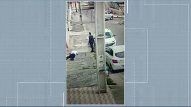 Câmeras de segurança registram bandidos roubando carro em Caruaru - Ação aconteceu na terça-feira (9), por volta das nove da manhã, e foi muito rápida.
