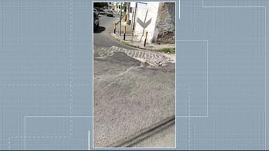 Buraco no Centro de Caruaru está preste a completar um ano - Moradores fixaram cartazes para denunciar a situação.